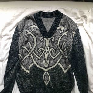 Fin glittrig stickad tröja från second hand. Har ett litet hål på framsidan, se bild