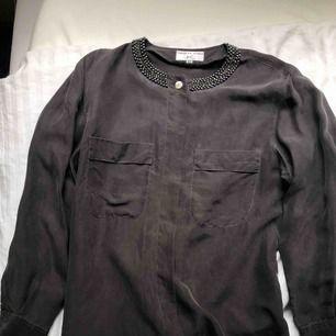 Fin skjorta med detaljer från second hand. Mocca-aktigt material