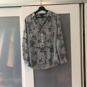 Jättefin blus från Oasis med blommor och fåglar på. Färgen är lite grå/blå. Knappt använd men behövs strykas.