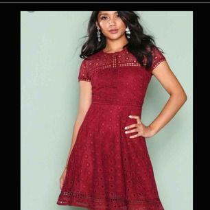 Säljer nu denna fina klänning! Endast använd en gång. Klänningen sitter super fint på och passar utmärkt till studentfester och bröllop! Köparen står för frakten.