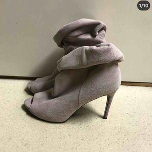 Ljus grå/lila mocka skor från Acne. Använda 2 ggr.