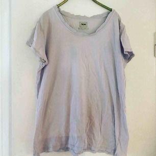 Ljus lila t-shirt från Acne.