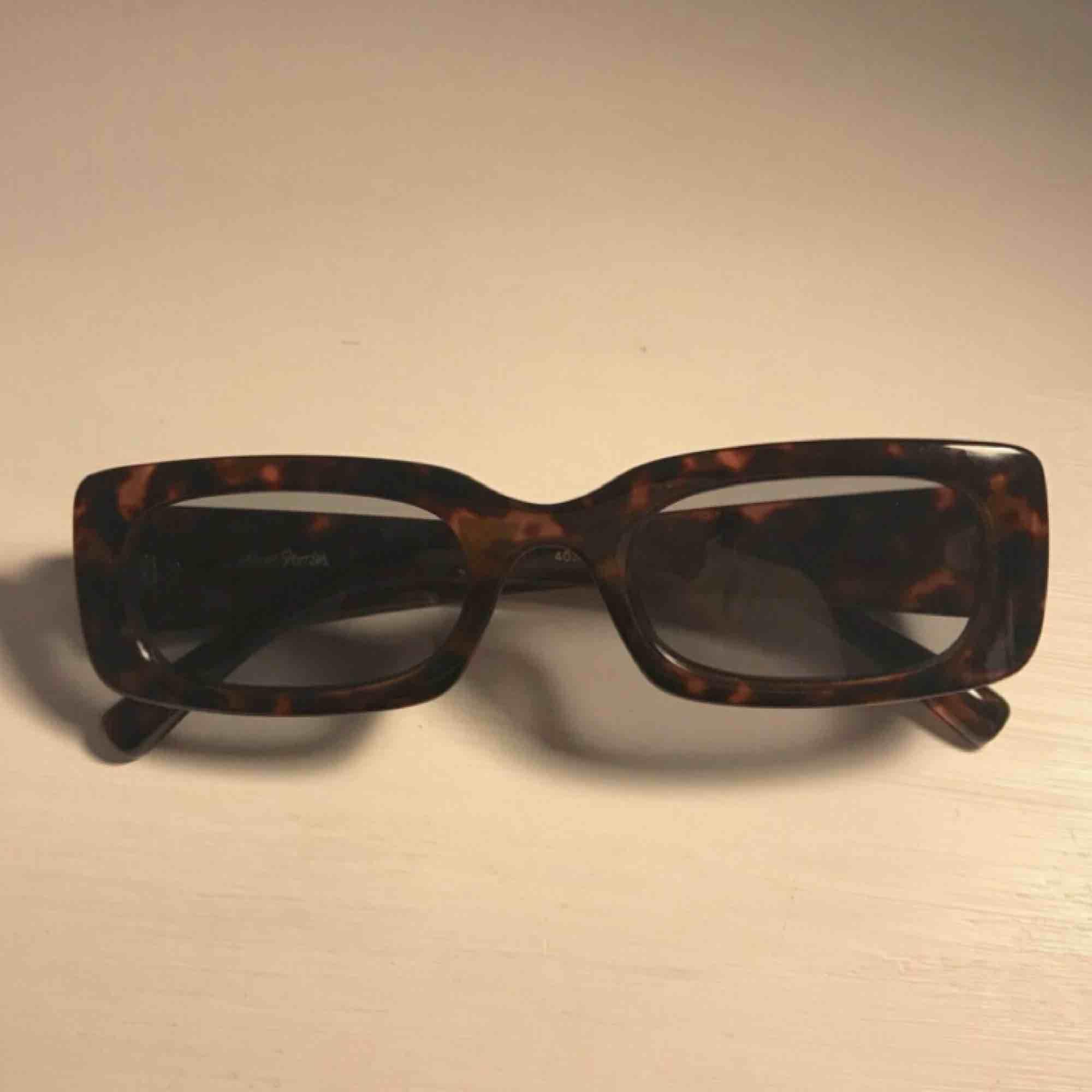 solglasögon från other stories (köpta för 250kr) ! aldrig använda, skulle lämna tillbaka men hittade inte prislappen som satt på😩 fraktar inte men möts upp i stockholm!. Accessoarer.