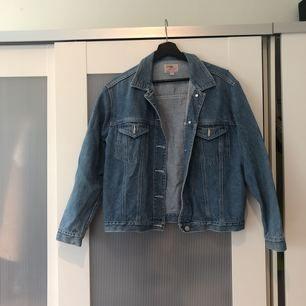 Sjukt fin och perfekt oversized jeansjacka. Är i jättefint skick och sjukt skön att ha på sig.