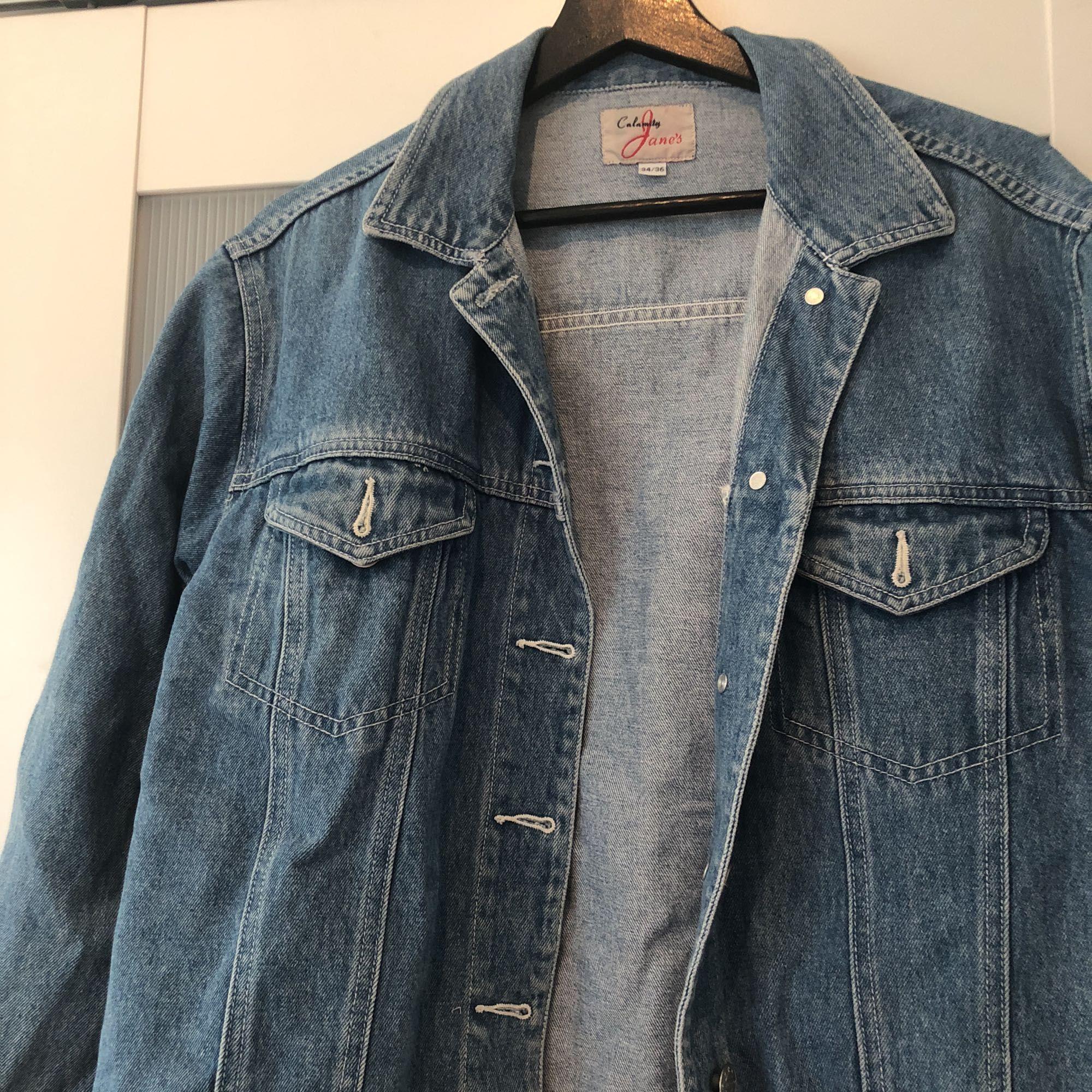 Sjukt fin och perfekt oversized jeansjacka. Är i jättefint skick och sjukt skön att ha på sig.. Jackor.