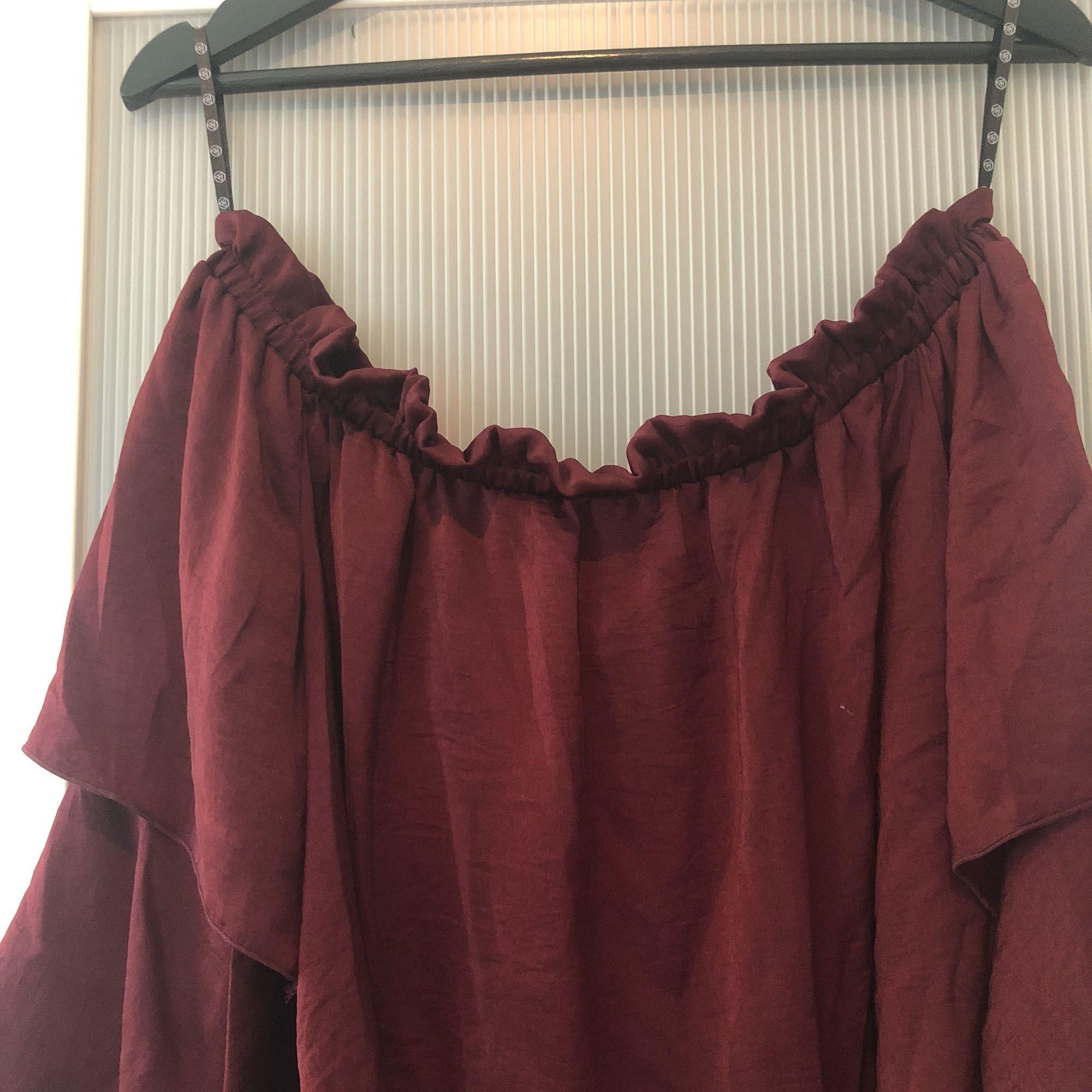 Jättefin vinröd blus med volanger. Sjukt fin till ett par svarta tighta jeans eller shorts.. Blusar.
