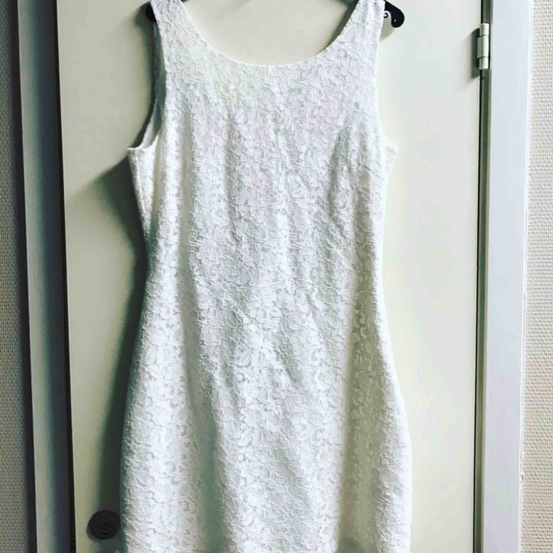 Helt oanvänd vit spets klänning från Dry Lake. Nypris 1799:- fett fint till student! . Klänningar.