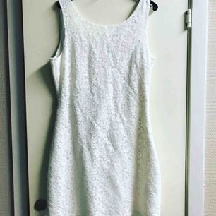 Helt oanvänd vit spets klänning från Dry Lake. Nypris 1799:- fett fint till student!