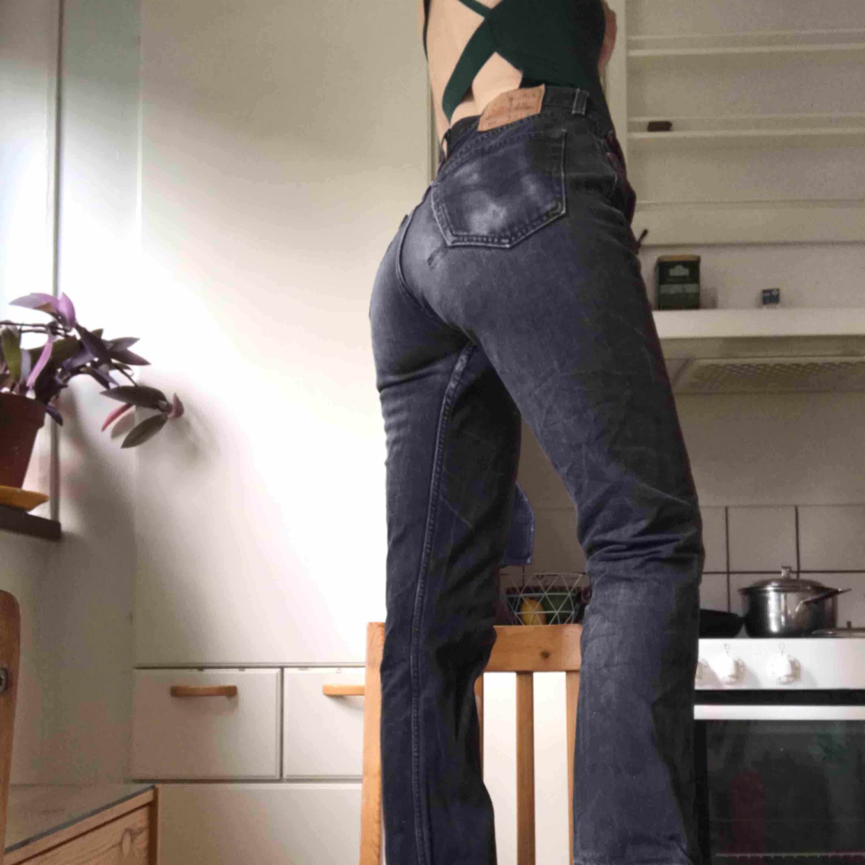 Jeans från Levis. Byxan var sliten baktill när jag köpte dem. Se första bilden:) (Fickan har ett hål vid sig men det syns inte som på bilden. Gjorde så för att förtydliga ❤️) säljer pga för stora för mig❤️ köpare står för frakt skriv vid frågor! . Jeans & Byxor.