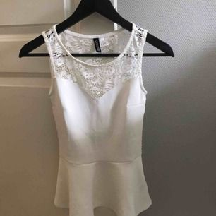 Superfint vitt linne från H&M med spets i hela ryggen. Använd endast en gång på en finmiddag för nått år sen så det är i nyskick! Köpt för 249kr!