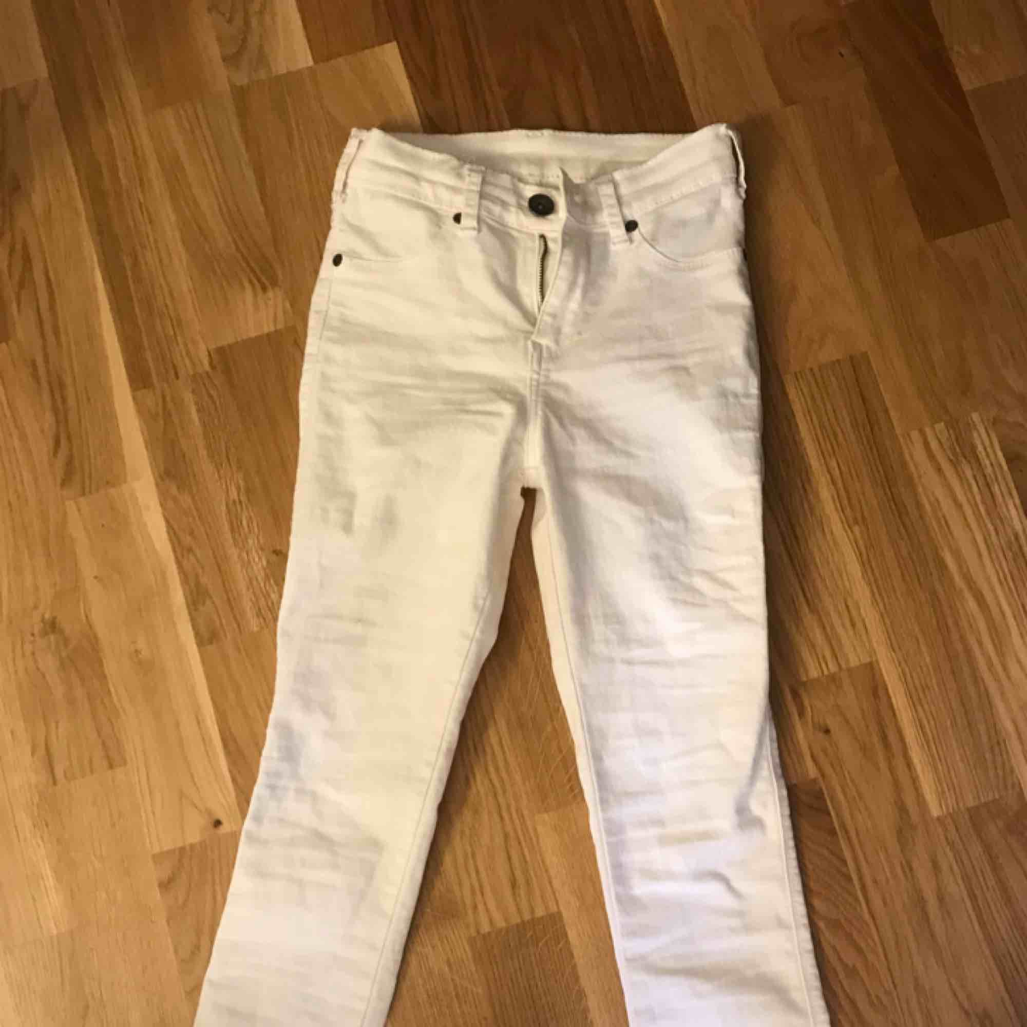 Dr. Denim vita jeans raka i storlek XS, passar dock även S då de är väldigt stretchiga. Nypris 399:-  Finns 2 par!. Jeans & Byxor.