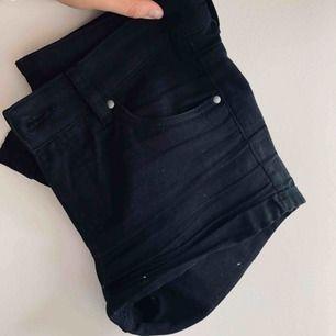 Sköna, svarta shorts från h&m. Använda men i fint skick!
