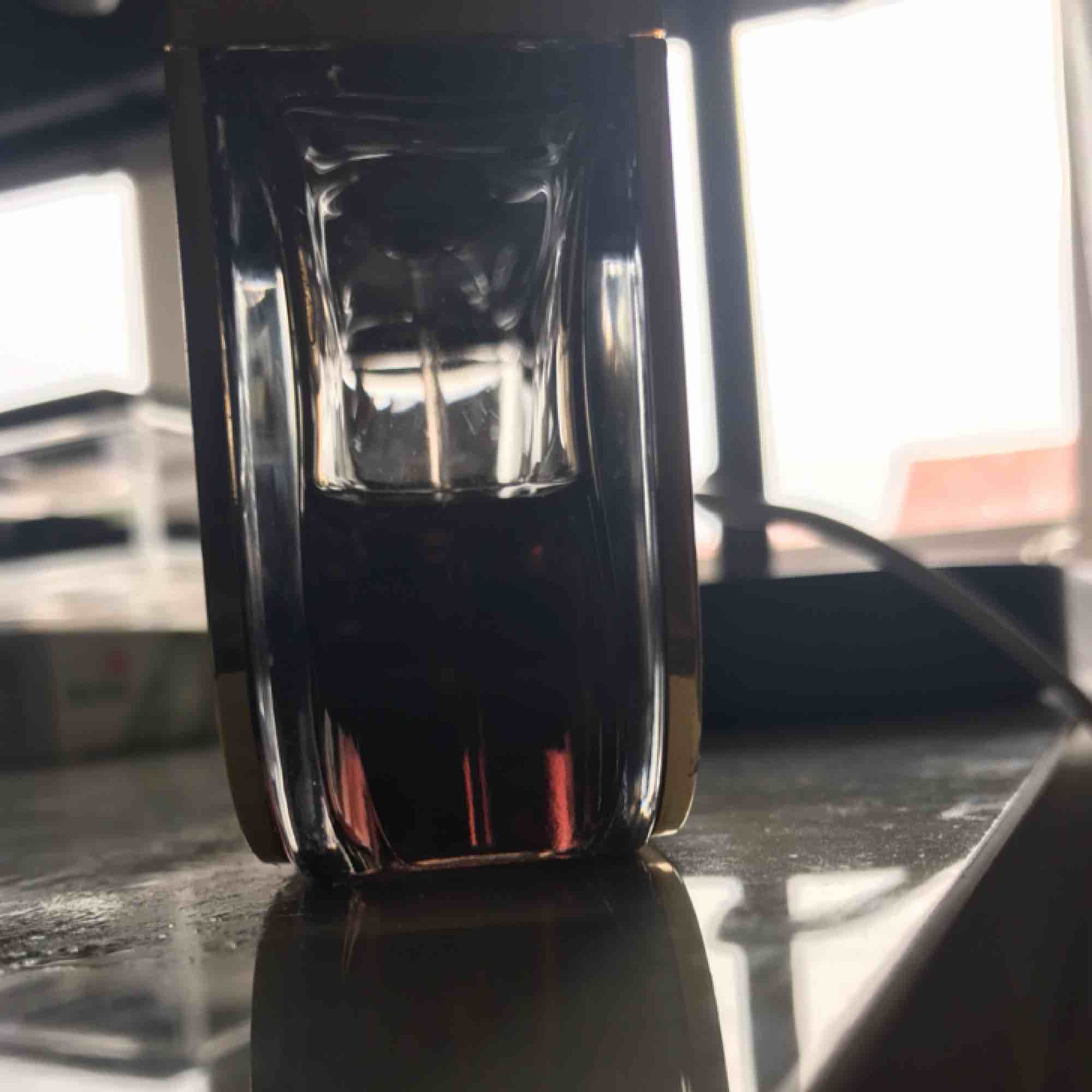 Säljer denna Gucci parfym intense! Nästan hälften kvar och jag säljer den för jag har andra parfymer så denna behövs liksom inte. Det är 50ml parfym. Kan frakta eller mötas upp. . Accessoarer.