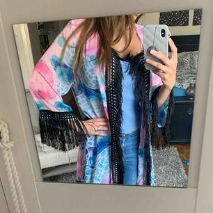 Otroligt snygg kimono med fina somriga färger. Kan användas som morgonrock också. otroligt lätt och luftig. Storlek S/M kanske passar en L också beroende på hur man vill att den ska sitta. 150kr ink frakt.