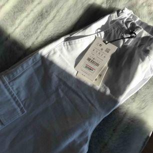 Hej. Tyvärr så säljer jag helt nya byxor som är 36 dem är för lite för mig. Skriv om du vill ha flera bilder 😉