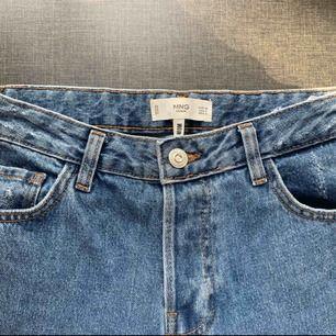 Säljer mina snygga Mom jeans från mango! Köpte de för några veckor sedan men lyckades få fel storlek. Storlek 36!