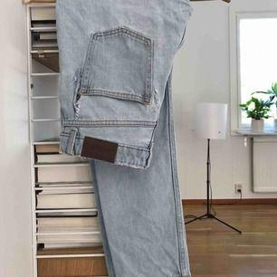 Skitsnygga jeans från monki som tyvärr har blivit för små för mig. Säljer hyfsat billigt pga hålen i byxorna, är dock ganska lätt att laga tror jag om man har orken:) Frakt 50 kr!💫