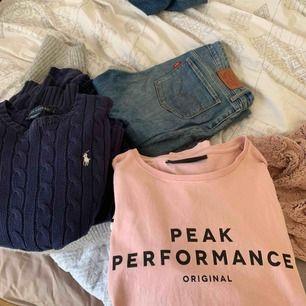 En hel del jeans och tröjor bland annat av märkena Morris lady, levis, peakperformance, Ralph lauren, nakd  mm. Tröjorna är blandade i storlekarna S-L och på jeans 27/28. Allt för 1000kr! Om du vill köpa något separat skriv isåfall. Tar emot swish