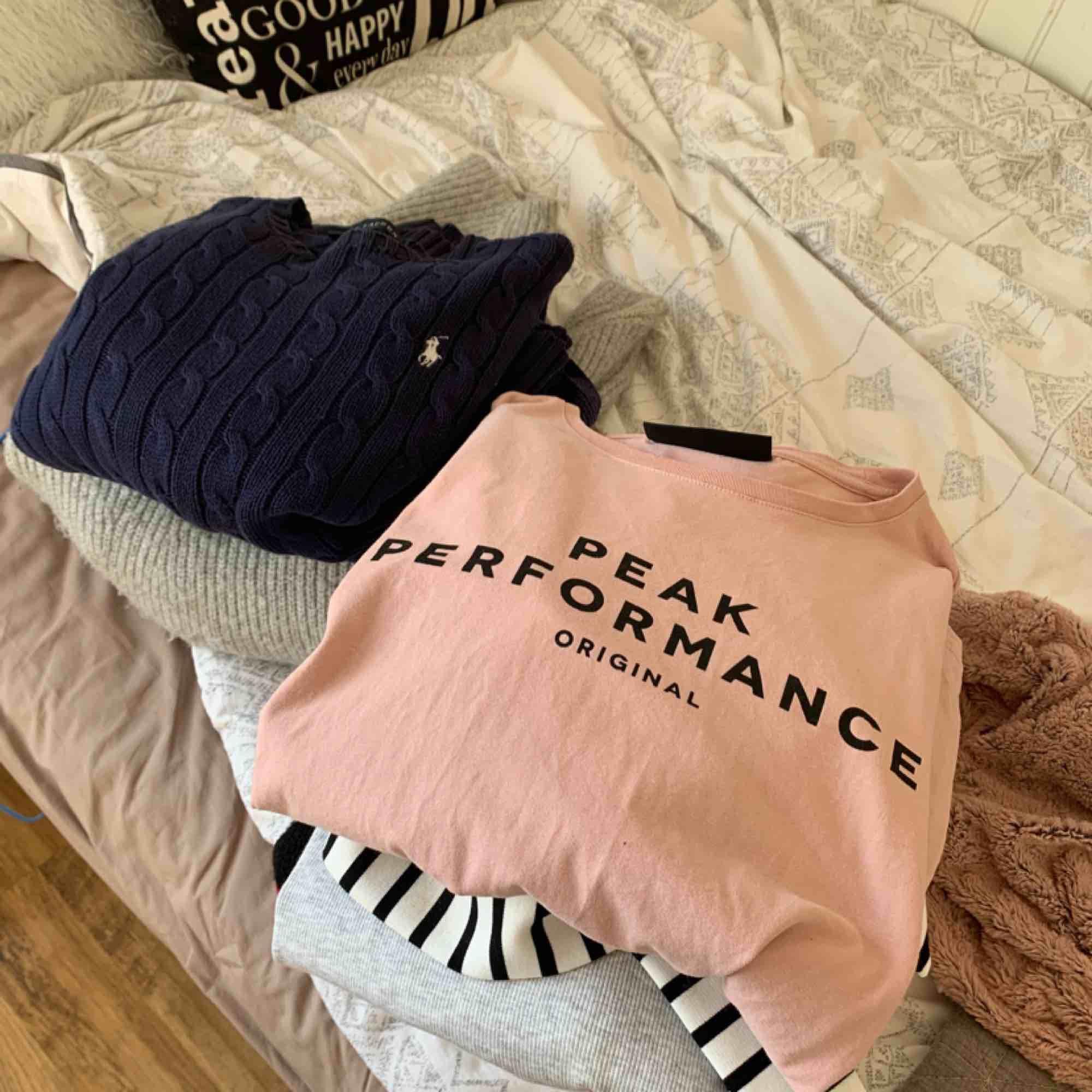 En hel del jeans och tröjor bland annat av märkena Morris lady, levis, peakperformance, Ralph lauren, nakd  mm. Tröjorna är blandade i storlekarna S-L och på jeans 27/28. Allt för 1000kr! Om du vill köpa något separat skriv isåfall. Tar emot swish . Toppar.