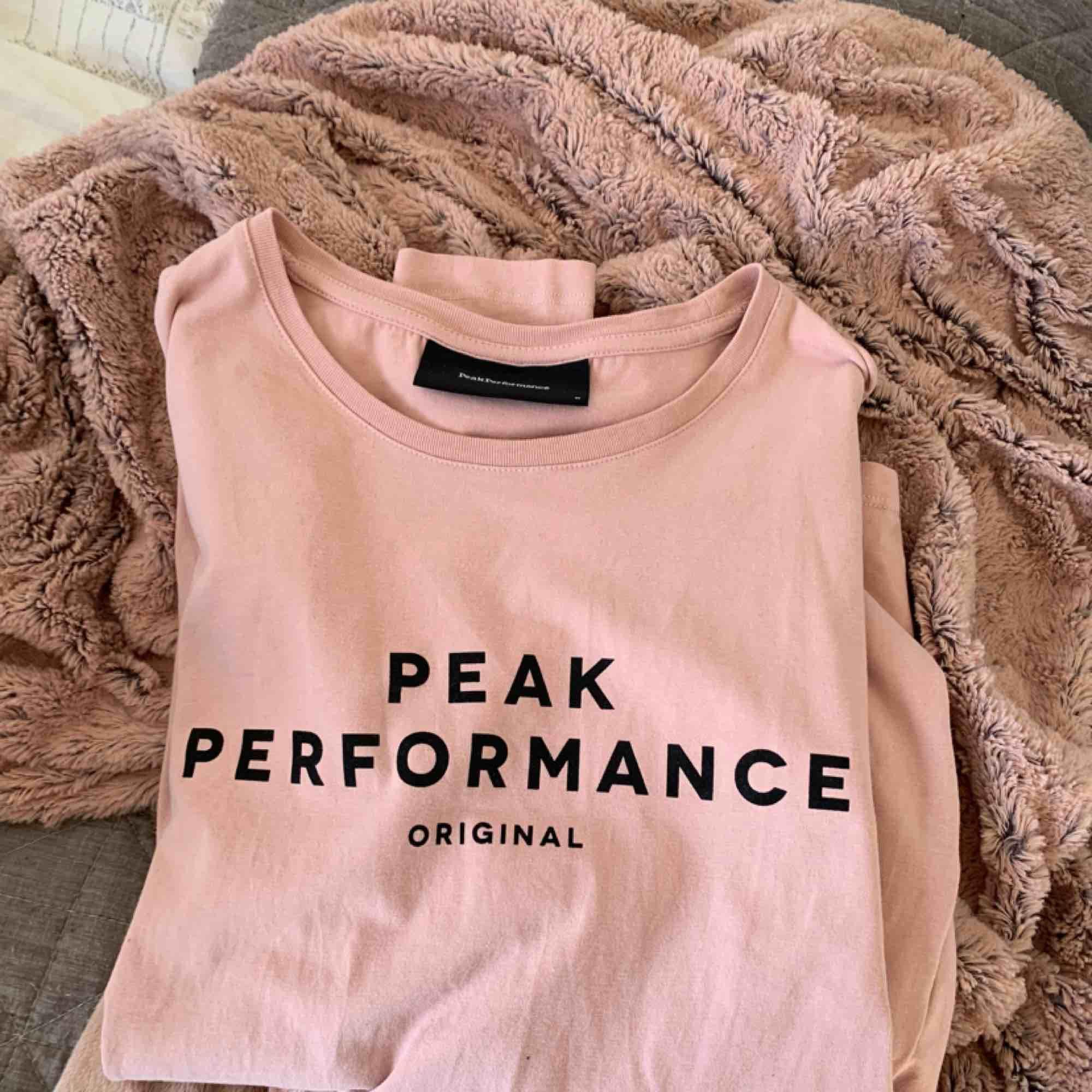 Supersnygg peakperformance tröja! Använd 2-4 gånger. Tar emot swish. T-shirts.