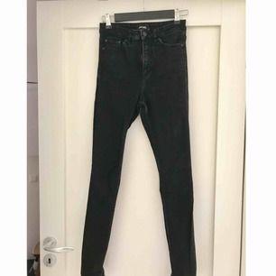 Monki-jeans, svart/gråa, höga i midjan. Klippt upp dom lite för att kunna vika upp pga för långa på mig.