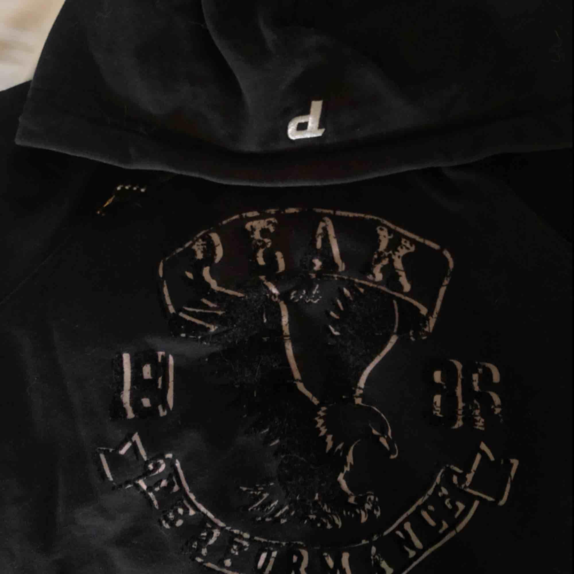 Fin och skön Peak Performance hoodie som tyvärr inte kommer till användning. Den är i storlek L i barnstorlek, men sitter som en xs/s. FRI FRAKT. Huvtröjor & Träningströjor.