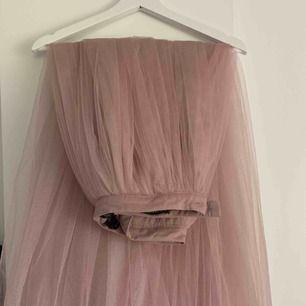 Säljer drömkjolen som jag egentligen skulle ha på balen men den var tyvärr för lång för mig och jag glömde skicka tillbaka.💗Den är bara testad och aldrig använd. Om fler bilder önskas är det bara att skicka ett meddelande till mig så löser vi det!