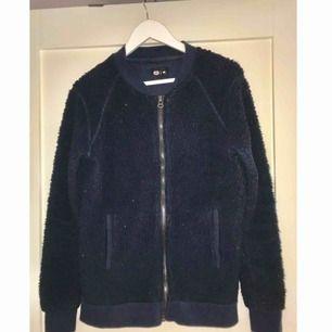 Mörkblå crocker-tröja. Rätt använd men skön! Köpte den för 600kr.