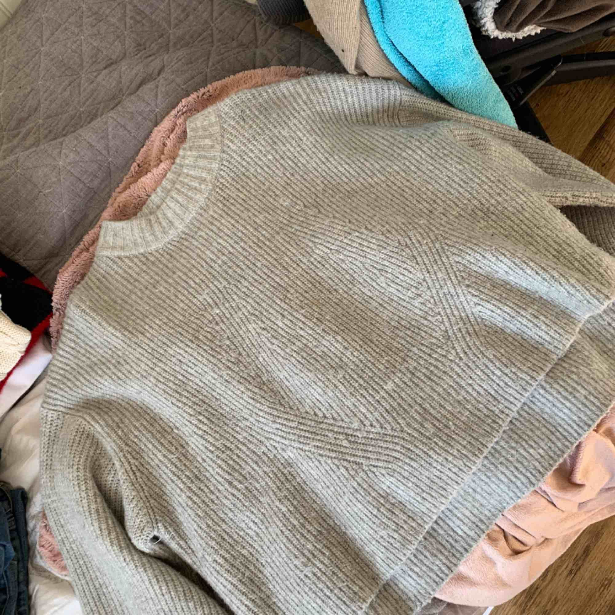 Stickad tröja från H&M, köpt för 500kr säljer för 200kr. Tar emot swish. Stickat.