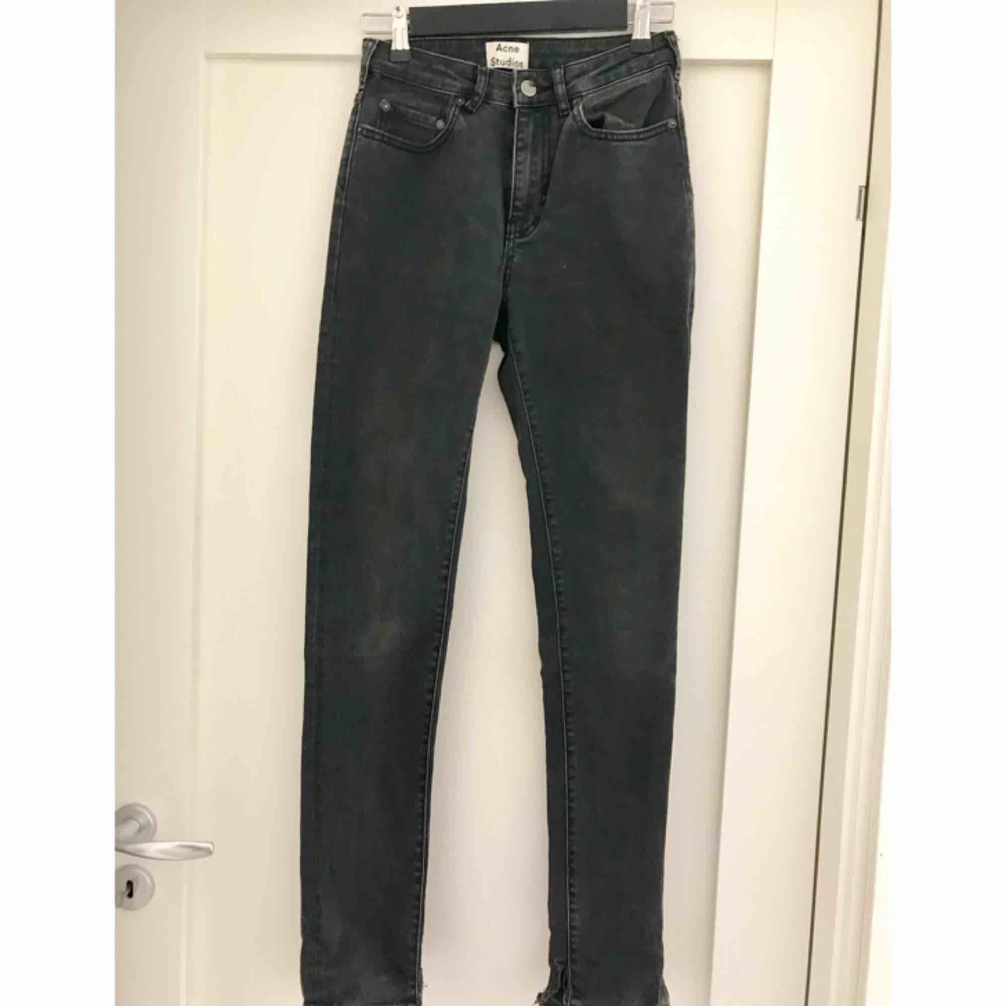 Acne, model: pin tar. Uppklippta längst ner pga för långa för mig (jag är 1.60). Jeans & Byxor.