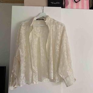 Säljer min vita blommiga skjorta från zara. Säljes pga använder den inte längre, använd ca 4 ggr.