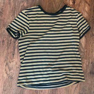 Grön/gul/vit randig tröja från weekday i strl S. Bra skick, skicka meddelande för fler bilder, frakt betalas av köparen 🥰