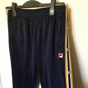 Popperpants från FILA köpta på urban outfitters för 699kr. Använda en gång. Säljs pga används inte. Storlek L men passar även M.