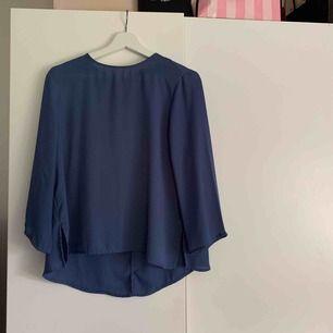 Säljer min blåa blus från ginatricot. Använd 2ggr så är i väldigt bra skick! Som ni ser på bilden är den lite längre över rumpan, som är en fin detalj.