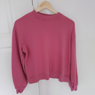 Superfin rosa tröja från NA-KD, längden passar någon under 170, jag är 182 därför ser den kort ut.