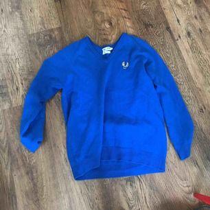 Superskön stickad tröja, säljer för att jag inte riktigt vet hur jag ska styla den. Är strl XL men sitter som L. Passar S-XL beroende på hur man vill att den ska sitta. Frakt betalas av köparen 🥰