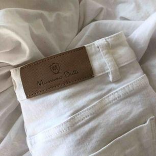 Massimo Dutti jeans, använda fåtal gånger och i så gott som nyskick. Går ut lite och har slitningar nertill vilket gör dem assnygga, men har tyvärr ingen användning för dem. Nypris låg kring 700kr FRI FRAKT!!