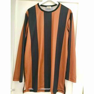 Nice längre tunn långärmad tröja från Acne. Är lite nopprig. Over-sizad M.
