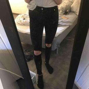 Säljer dessa supersnygga jeans från bik bok. Använda typ 2ggr så i väldigt bra skick. Säljs pågrund av lite för små. Säljs för 100kr+ frakt. Nypris 449kr😊😊
