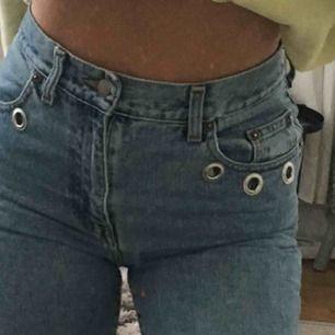 Skit coola jeans med detaljer vid fickorna, är 174 cm lång och dem går ner till ovanför anklarna precis. Säljer för att dem inte används så ofta