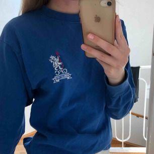 """Fin Chelsea tröja som jag säljer då jag inte är insatt i fotboll.. Den har den gamla loggan och tycker faktiskt att den är riktigt snygg och i bra skick!! Den är i lite av en """"sweatshirt modell"""" FRI FRAKT:)"""