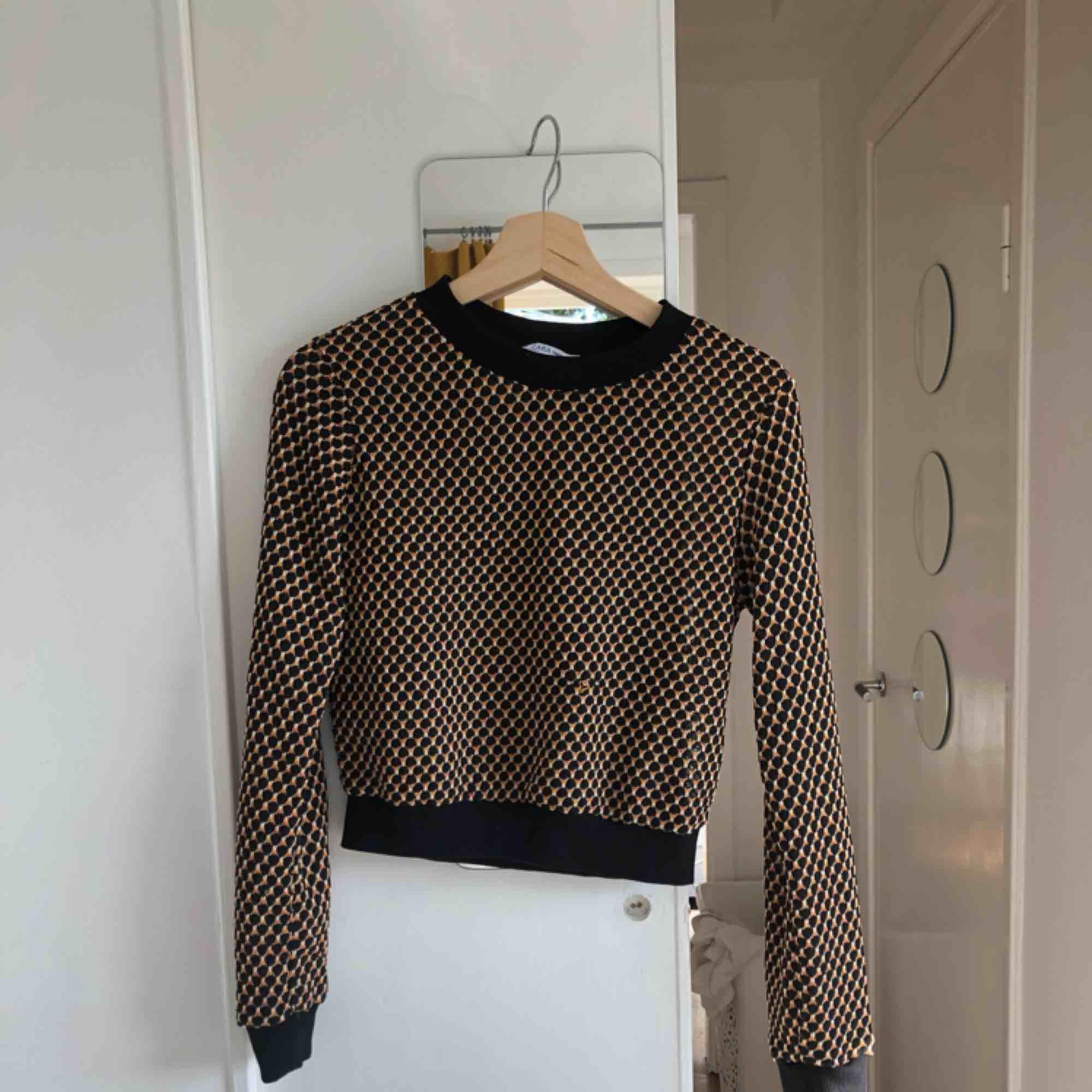 Tröja från Zara, använd ksk 2ggr men tyvärr inte min stil! FRI FRAKT. Tröjor & Koftor.