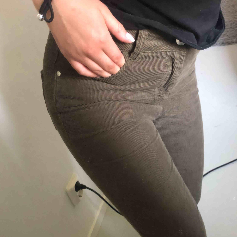 Säljer supersnygga bootcut manchester byxor ifrån zara. Säljes pga att de är fel storlek och passar tyvärr inte min kroppsform. . Jeans & Byxor.