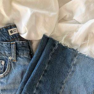 Väldigt coola jeans från gina i rak modell, med slitningar nertill och i två olika jeansfärger. Säljer då de är lite stora i midjan på mig. FRAKTEN ÄR GRATIS