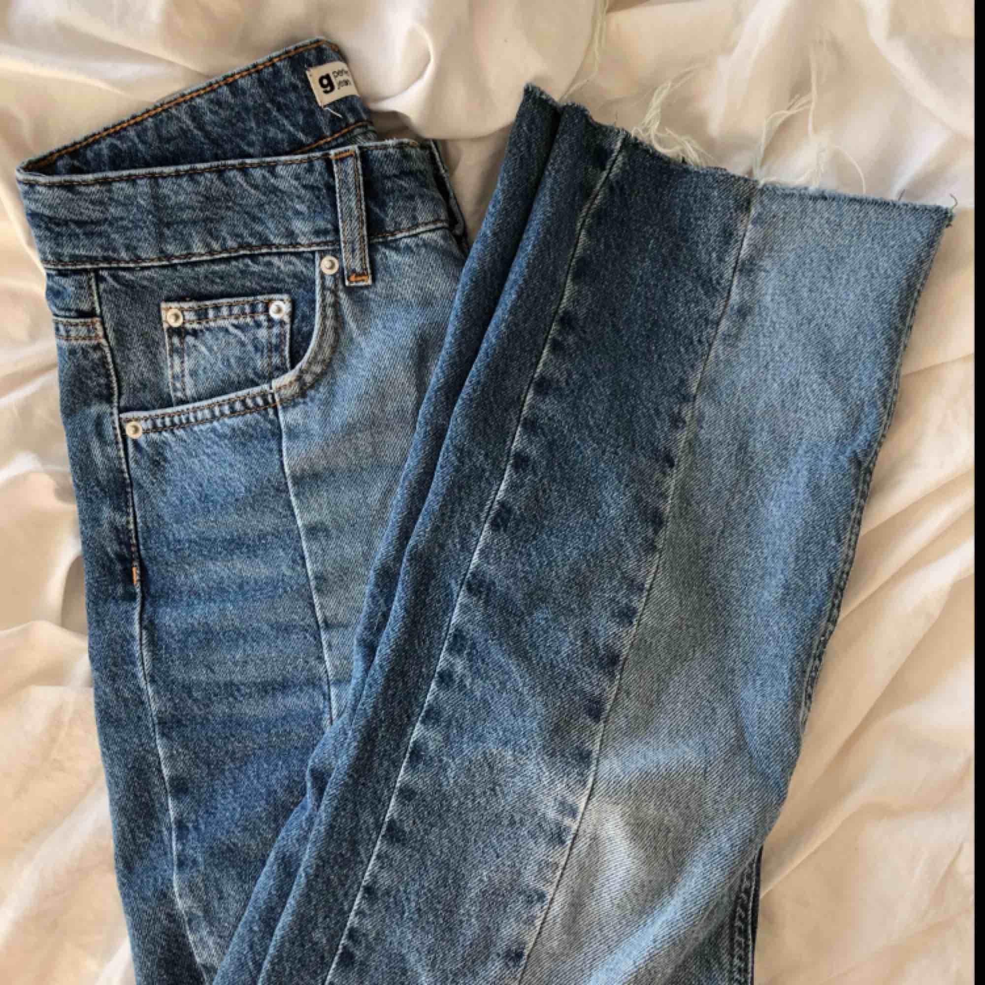 Väldigt coola jeans från gina i rak modell, med slitningar nertill och i två olika jeansfärger. Säljer då de är lite stora i midjan på mig. FRAKTEN ÄR GRATIS. Jeans & Byxor.