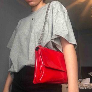DÖsnygg lackväska med tre fack varav ett stängs med dragkedja, väldigt rymlig och går att bära på flera sätt som ni ser på bilderna!