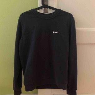 Nike sweater i strl S. Använd ett fåtal gånger. Möts upp i skanstull / mottagaren står för frakt