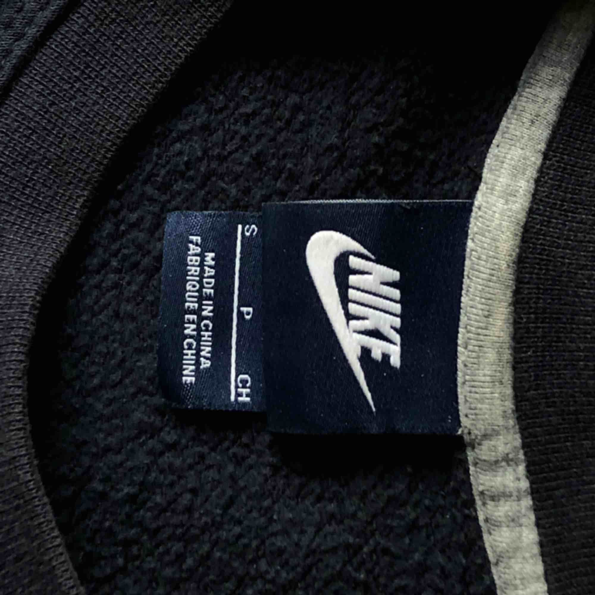 Nike sweater i strl S. Använd ett fåtal gånger. Möts upp i skanstull / mottagaren står för frakt . Tröjor & Koftor.