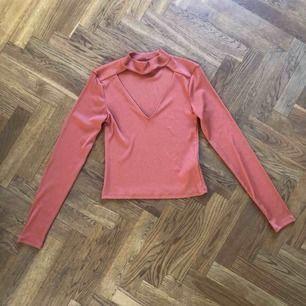 Orange/rostfärgad långärmad tröja med v-ringad öppning frampå. Väldigt bekväm!! Superhärligt material!