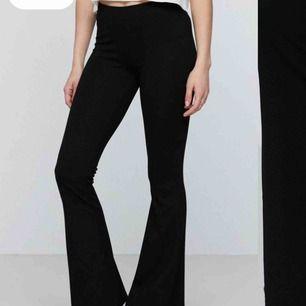 Trendiga utsvängda byxor från Gina tricot!! Priset när ja köpte dom var 200:-💗sitter perfekt!! Har använt 2ggr! Meddela om du har frågorr👌🏽💞💞